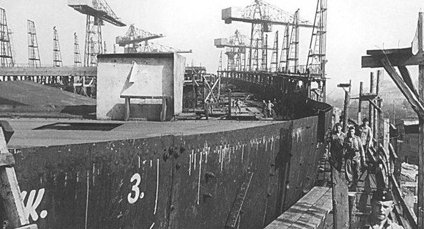 Недостроенный линкор проекта 23 «Советская Украина» на стапеле на заводе Марти. Август 1941 г.