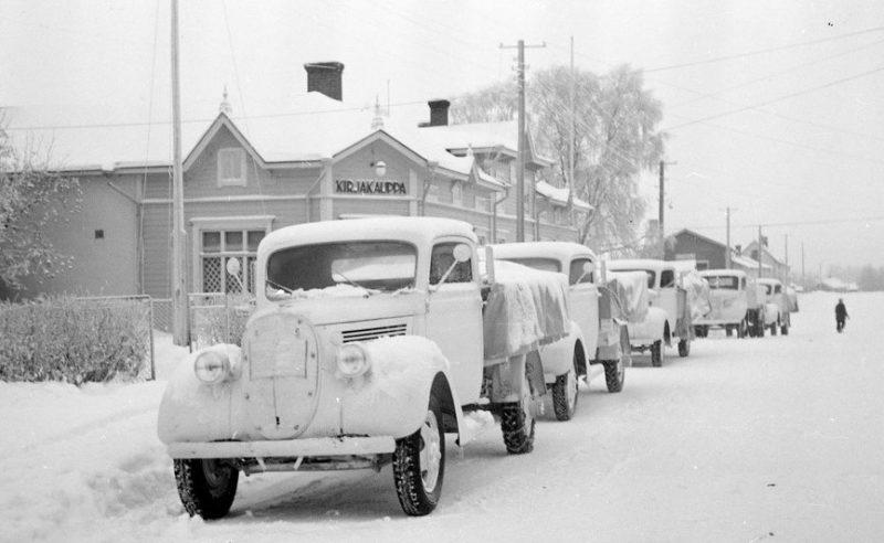 Колонна шведских грузовиков на улице Торни. 1940 г.