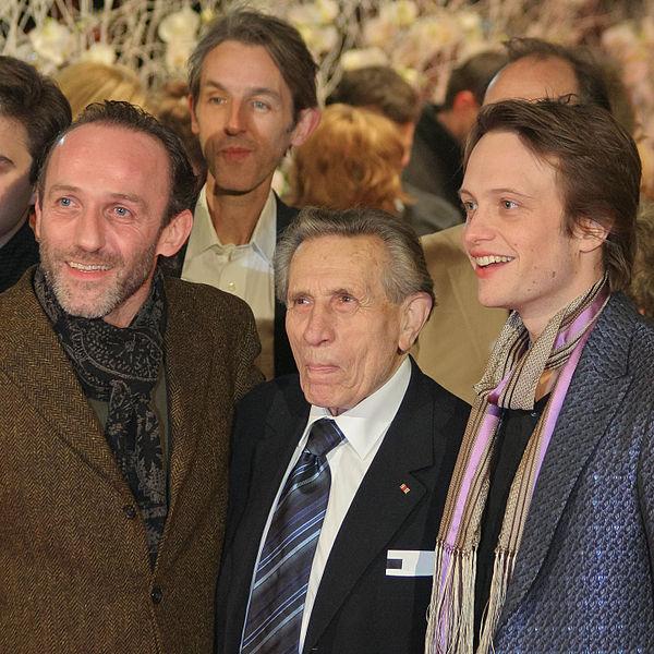 Бывший узник и участник операции «Бернхард» Адольф Бургер (в центре) вместе с актёрами фильма на его премьере в 2007 году.