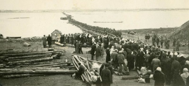 Немцы на понтонном мосту. Август 1941 г.