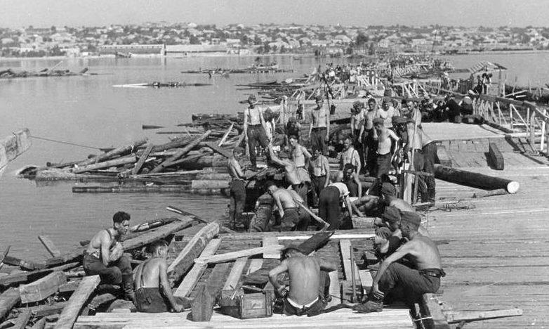 Немцы ремонтируют Варваринский мост. Август 1941 г.