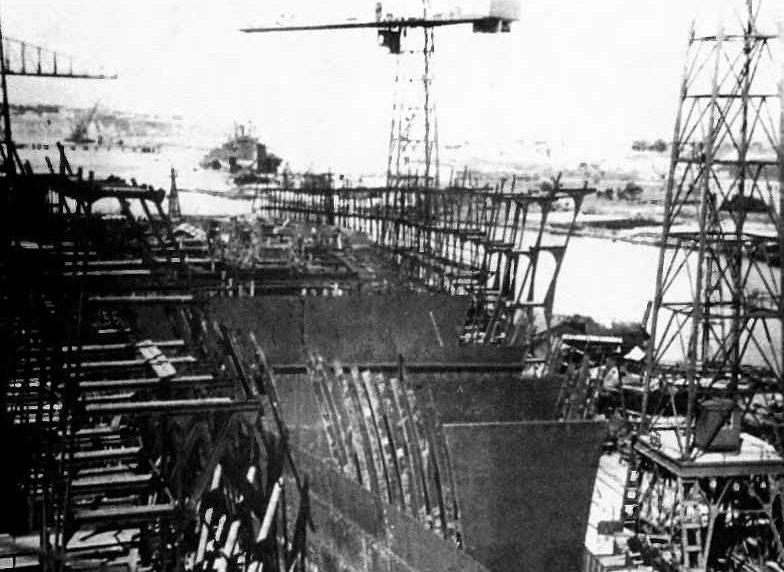 Корпус тяжелого крейсера «Севастополь» на стапеле завода им. 61 коммунара в Николаеве. Август 1941 г.
