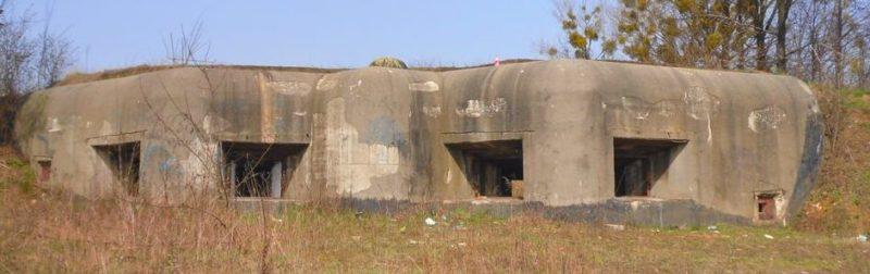 Бункер артиллерийской батареи на четыре амбразуры в Бобровниках.