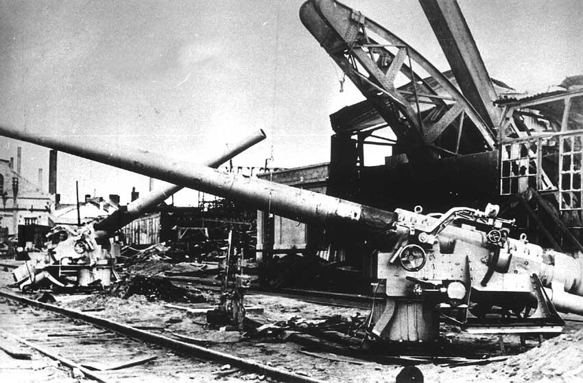 Брошенные 130-мм орудия на Черноморском судостроительном заводе. Сентябрь 1941 г.