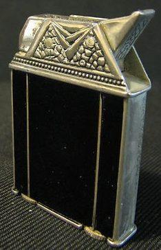 Зажигалки «Carlton Automatic Kumapart» фирмы KUM-A-PART, выпускались в 1930-х годах.