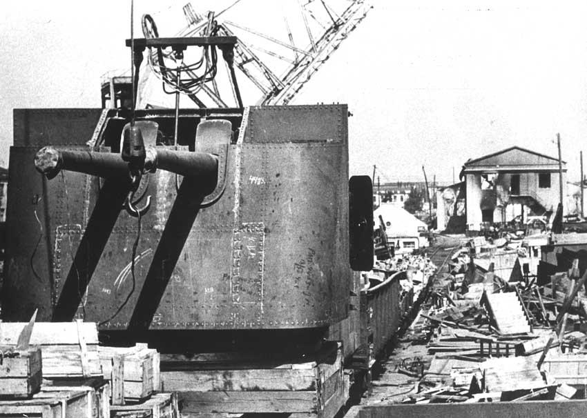 Брошенная 130-мм башенная установка для строящихся эсминцев проекта 30 на Черноморском судостроительном заводе. Сентябрь 1941 г.