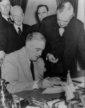Франклин Рузвельт подписывает декларацию об объявлении войны Германии.