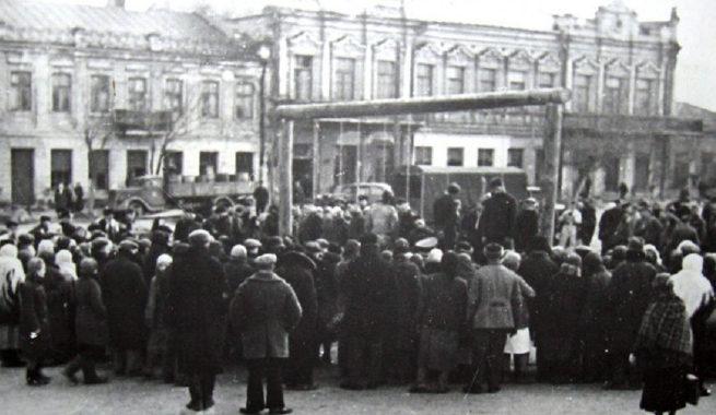 Немцы казнят заложников на базарной площади Николаева. Зима 1942 г.