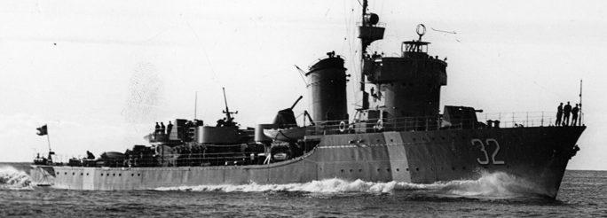 Шведский эсминец в конвое торговых кораблей. 1942 г.