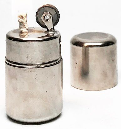 Зажигалка «Lil Joe» фирмы Brown & Bigelow, выпускалась в 1940-х годах.