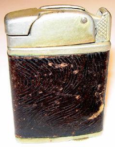 Зажигалки «Clark Firefly Automatic» фирмы W.G. Clark & Co., выпускались с 1930-го года.