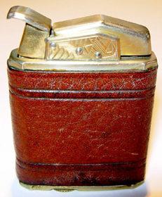 Зажигалка «Clark De Luxe» фирмы W.G. Clark & Co., выпускалась с 1931-го года.