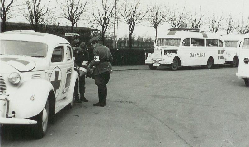 «Белые автобусы» шведского Красного Креста вывозят узников концлагеря. 1945 г.