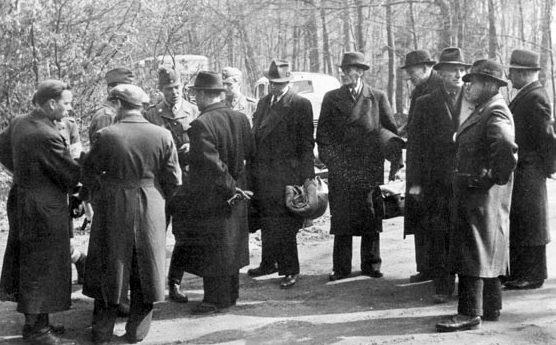 Офицеры гестапо провожают «белые автобусы». 1945 г.