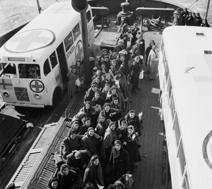 Встреча узников концлагеря, вывезенных на «белых автобусах». 1945 г.