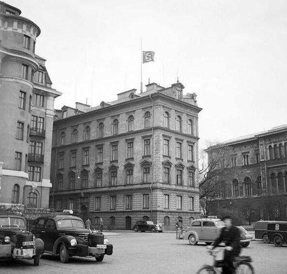 Приспущенный флаг на немецком посольстве в день смерти Гитлера. Стокгольм. Апрель 1945 г.