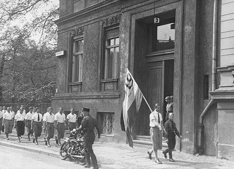Студенты перед разгромом библиотеки Института исследования сексуальности в Берлине. 6 мая 1933 г.