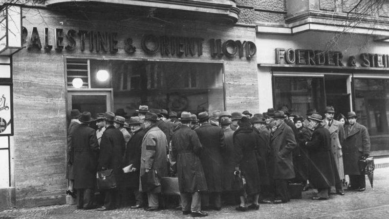 Очередь на оформление выездных документов. Берлин, январь 1939 г.
