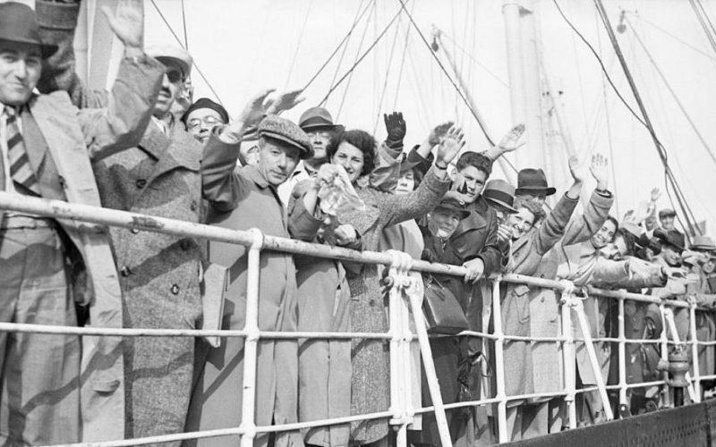Еврейские беженцы на борту немецкого лайнера Сент-Луис, который не приняли Куба и США. Пароход возвратили в Германию, где всех беженцев отправили в концлагерь. Половина из них погибла. 29 июня 1939 года.