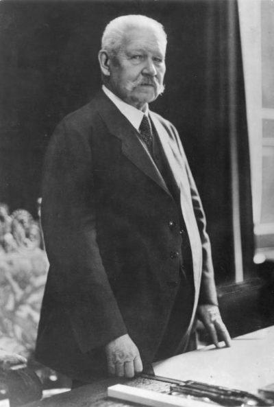 Глава Веймарской Республики Пауль фон Гинденбург.