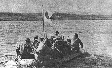 Японская пехота переправляется через р. Халхин-Гол. 1939 г.