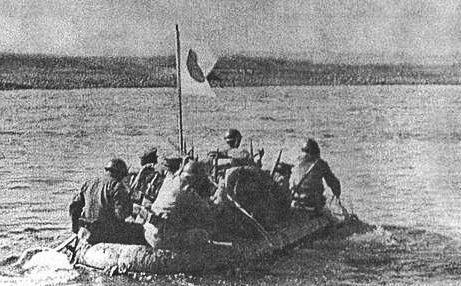 Японская пехота переправляется через р. Халхин-Гол.