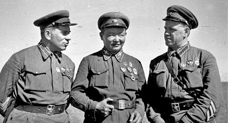 Командарм 2-го ранга Г. М. Штерн, маршал Монгольской Народной Республики Х. Чойбалсан и командир корпуса Г. К. Жуков на командном пункте Хамар-Дабан.