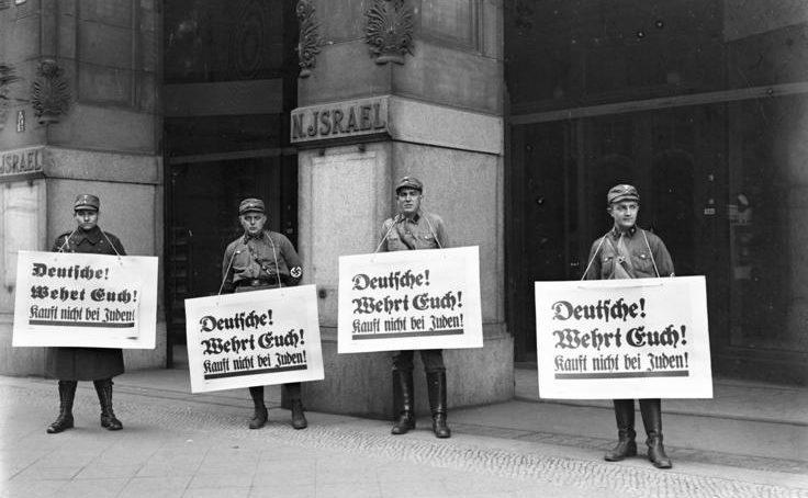 СА у еврейского универмага в Берлине. Надписи гласили: «Немцы защищаются! Не покупайте у евреев». 1 апреля 1933 г.