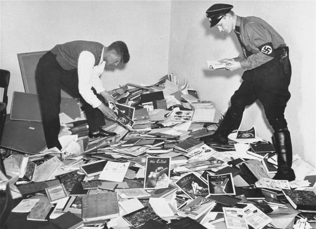 Студенты за процессом конфискации книг в Институте исследования сексуальности. 6 мая 1933 г.