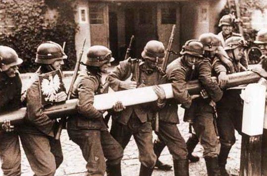 Солдаты Вермахта ломают шлагбаум на польской границе. 1сентября 1939 г.