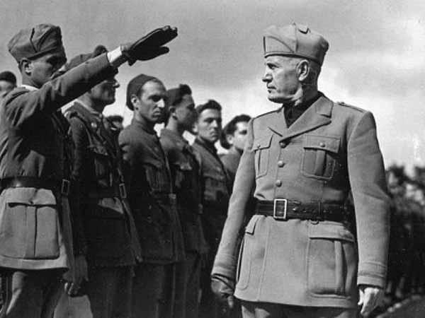Бенито Муссолини осматривает войска в Эфиопии.