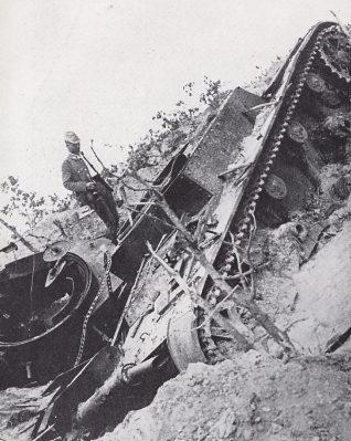 Подбитый советский танк Т-26 на склоне в районе боевых действий.