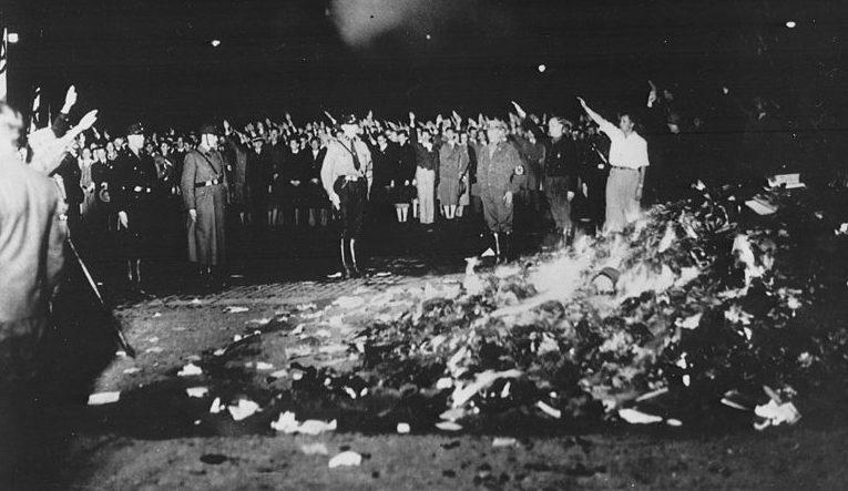 Студенты сжигают «негерманские» книги на берлинской площади Опернплац. 10 мая 1933 г.