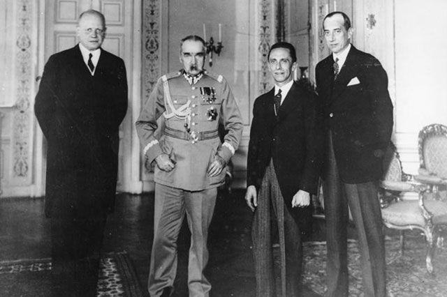 Германский посол Ганс-Адольф фон Мольтке, лидер Польши Юзеф Пилсудский, германский министр пропаганды Йозеф Геббельс и министр иностранных дел Польши Юзеф Бек на встрече в Варшаве. 15 июня 1934 г.