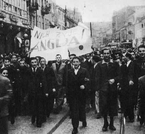 После объявления Великобританией войны Германии, поляки вышли на радостную демонстрацию перед британским посольством в Варшаве. 3 сентября 1939 г.