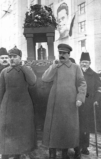 Молотов, Ворошилов, Сталин и Калинин несут урну с прахом Кирова. 6 декабря 1934 г.