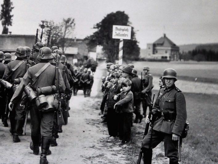 Немецкие войска пересекают границу с Чехословакией после передачи Судетской области. Октябрь 1938 г.