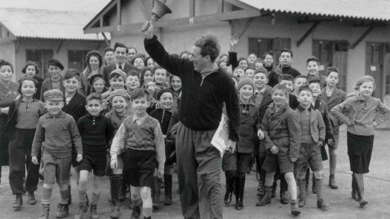 Звонок на обед в лагере для еврейских детей-беженцев из Германии и Австрии. 1939 г.