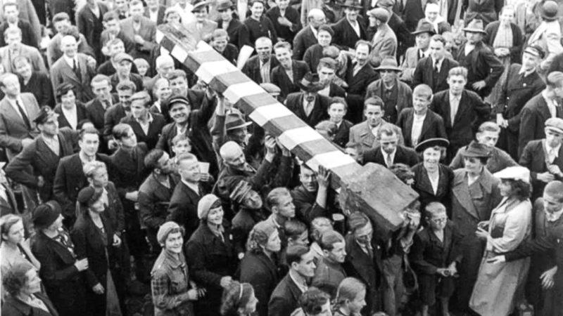 Поляки, жители Тешина, сносят чехословацкие пограничные столбы.
