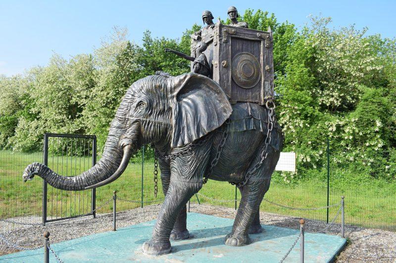 Памятник боевому слону Карфагена. Италия.