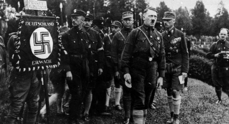 Гитлер среди штурмовиков.