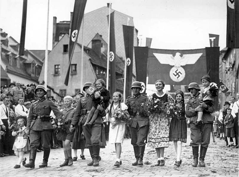 Немецкие войска входят в чешский город Аш. Октябрь 1938 г.