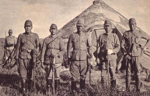 Японские офицеры в полевом лагере.