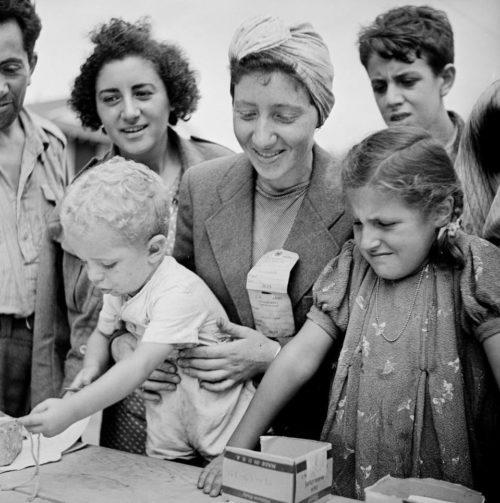 Еврейские женщины и дети, регистрирующиеся в лагере беженцев Форт Онтарио, август 1944 года.