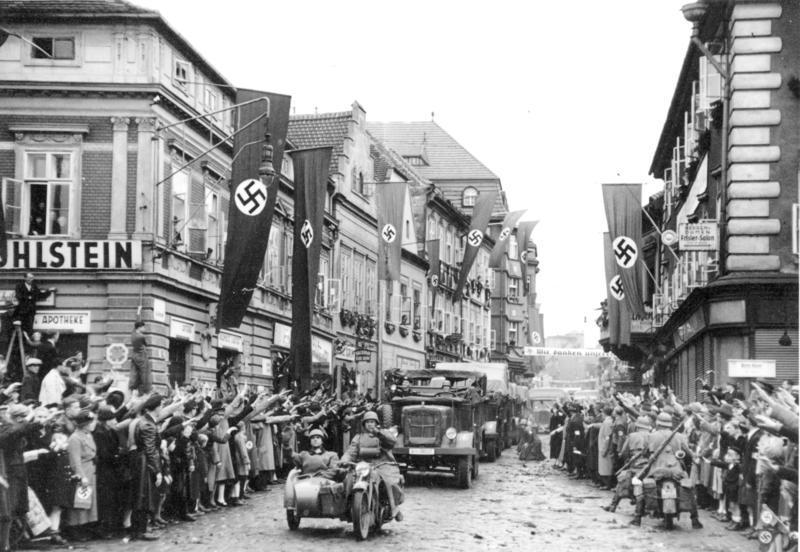 Этнические немцы в Саазе приветствуют немецких солдат. Октябрь 1938 г.