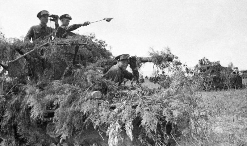 Замаскированные советские танки Т-26.