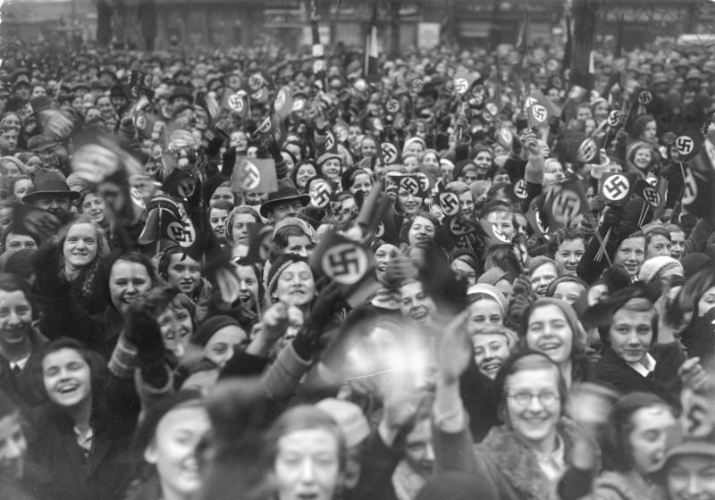 Ликование берлинцев, возвращавшихся с голосования в Сааре.