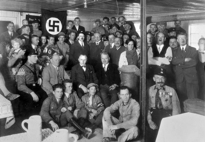 Гитлер со «старыми» партийцами на ежегодной встрече. Мюнхен, 1930 г.