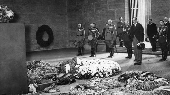 Возложение польской делегацией цветов у вечного огня павшим немецким солдатам. 1938 г.