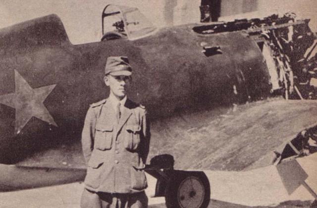 Сбитый советский истребитель И-15.